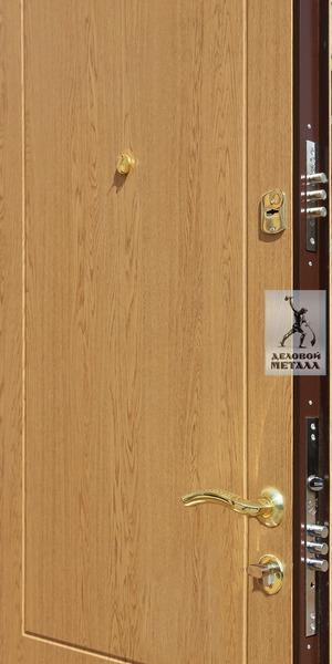 Фото установленной в дверь фурнитуры
